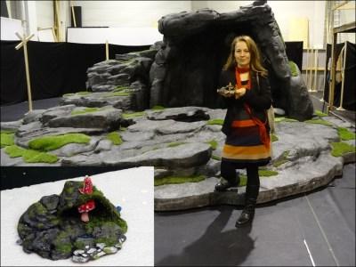 Kostüm- und Bühnenbildnerin Tatjana Ivschina mit dem kleinen Modell vor der großen Bärenhöhle. Fotos: Petra Grünendahl.