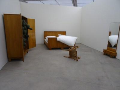"""Das Monster im Kleiderschrank: Installation """"Sonntag"""" von 2006. Foto: Petra Grünendahl."""