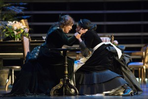 Durch eine List erkennt sie ihren Rivalin: Susan Maclean (Amneris), Morenike Fadayomi (Aida). Foto: Matthias Jung.