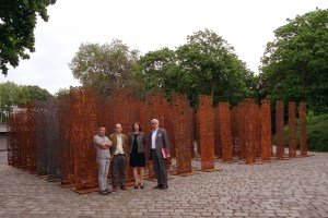 "Ren Rongs (*1960) ""Plant People in Stahlsäulen geschnitten. Vorne im Bild (v. l.): Shi Jinsong, Ren Rong, Dr. Söke Dinkla, Prof. Dr. Walter Smerling. Foto: Petra Grünendahl."