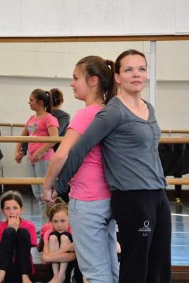 Tanzend mit Eva Zamazaková (vorne) Tanz erkunden: Noch Plätze für Interessierte frei. Foto: Daniel Senzek.