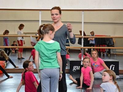 Tanzwerkstatt für 10- bis 14-Jährige in Duisburg-Großenbaum mit Eva Zamazaková. Foto: Daniel Senzek.