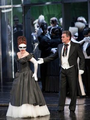 Amelia (Barbara Haveman) mit Gustavo (Zoran Todorovich) auf dem Maskenball. Foto: Matthias Jung.
