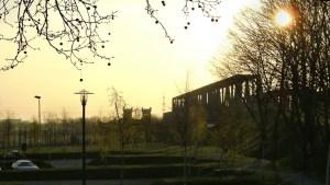 Eisenbahnbrücke Hochfeld - Rheinhausen mit den Brückentürmen auf Rheinhauser Seite. Foto: Petra Grünendahl.