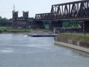 Lediglich ein Brückenturm der ersten Rheinbrücke auf Rheinhauser Seite steht noch. Am gegenüberliegenden Ufer – auf Hochfelder Seite – ist noch der Brückenkopf erkennbar. Die Brückentürme sind mit dem Rest der alten Brücke und den Vorlandbrücken abgerissen. Foto: Petra Grünendahl.