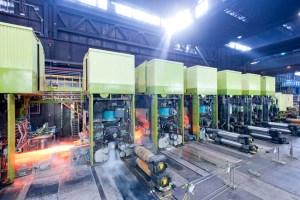 Warmbandwerke sind Kernaggregate bei der Herstellung von Flachstahl. Das WBW 1 in Bruckhausen wurde 2013 umfangreich modernisiert und verfügt über eine Gesamtkapazität von rund drei Millionen Jahrestonnen. Etwa 600 Mitarbeiter sind derzeit dort beschäftigt. Foto: ThyssenKrupp Steel Europe.
