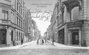 Wanheimer Straße / Ecke Schmiedestraße: Links die alte Industrieapotheke, rechts das Textilgeschäft von Gerhard Driesen. Die Ansichtskarte wurde 1910 verschickt.