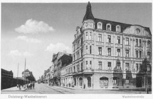 Rechts mündet die Fischerstraße in die Wanheimerstraße. Die Häuser zwischen Fischerstraße und Schmiedestraße stehen heute alle noch. Links steht das Duisburger Kabelwerk.