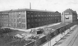 Duisburger Kabelwerk mit den Produktionshallen lind und der alten Verwaltung rechs im Bild. Die wurde zur Verbreiterung der Wanheimer Straße abgerissen.