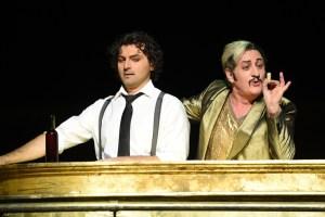 Nemorino glaubt, nur mit Hilfe eines Zaubertranks Adina für sich gewinnen zu können: Bruno Balmelli (Dulcamara), Georgy Vasiliev (Nemorino). Foto: Hans Jörg Michel.