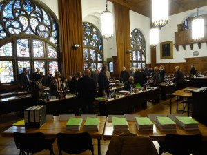 Diskussionen vor der Sitzung des Stadtrates. Foto: Petra Grünendahl.