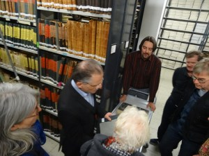 Besucherführung in die Räume des Stadtarchivs: Historiker Dr. Michael Kanther (Bildmitte links) und Marinko Betker (Bildmitte rechts) zeigen ihre Schätze. Foto: Petra Grünendahl.