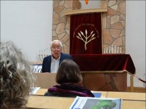 """Privatdozent Dr. Ludger Joseph Heid liest in der Synagoge aus """"Davidstern und Eisernes Kreuz"""". Foto: Petra Grünendahl."""