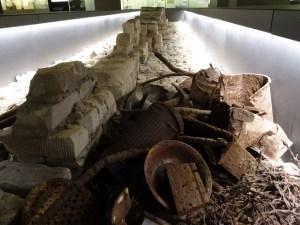 Mauerreste und historische Fundstücke in der Ausstellung. Foto: Petra Grünendahl.