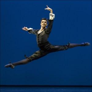 """Ballett am Rhein b.29: Alexandre Simões in George Balanchine """"Mozartiana"""". Foto: Gert Weigelt."""
