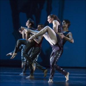 """Ballett am Rhein b.29: Bruno Narnhammer, Yoav Bosidan, Brice Asnar, Camille Andriot, Eric White in Martin Schläpfer """"Konzert für Orchester"""". Foto: Gert Weigelt."""