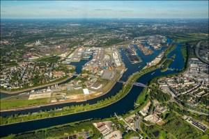 Luftbild Duisburger Hafen 2015: Vorne Ruhrort, hinten Meiderich. Foto: Hans Blossey / duisport.
