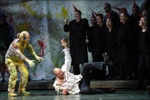Cornel Frey (Armand Brissard), Bo Skovhus (René Graf von Luxemburg), Chor. Foto: Hans Jörg Michel.