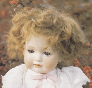 Denne bedårende pige er mærket på halsen med 604. Hun er ligeledes fra ca. 1920, 42 cm høj og har toddlerkrop!