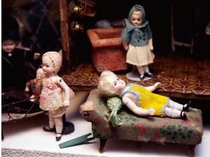 Fra Hildas museum nu er dukken i gult min og stemplet 2 i gotisk skrift, det er en Kling og har altid været min yndling, nu har jeg to af denne tidlige dukke.