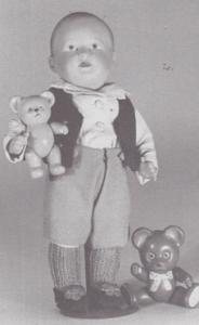 """Denne søde lille fyr er ca. 28 cm høj og på hovedet mærket med SNF i vandret ramme/France/27 28"""". Han har bevægel. hoved, hofte og skuldre. Ansigtstrækkene er malet, han har brunt hår og blå øjne. Den lille celluloidbamse ved hans fødder er mærket """"Made in Japan"""", bamsen han holder er umærket, men sikkert også japansk."""