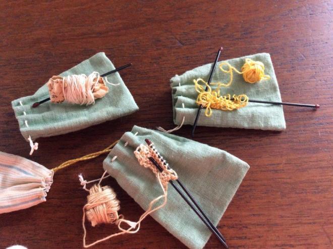 Pigernes håndarbejdsposer og strikketøj.