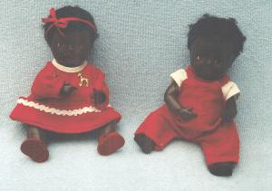 Dette kære tvillingepar er ligeledes fra Lilians samling af Ønskedukker: Rosebud-dukker i originalt tøj !