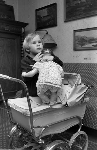 1951. Johannes Mogenshøj Jensen. Odder dukkevogn. Foto: Sundby lokalhistoriske forening.