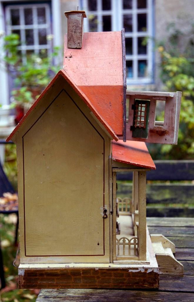 Huset bliver i bogen omtalt allerede fra 1913 og frem, da det havde lidt møbler i et sæt Gottschalk i dyb rødt lavet i pap, kan også være grønt, som sikkert er fra 1920. jeg regner det fra før 1930 som kataloget fremhæver. Højde 63cm dybde 31cm og bredde 43,8cm. her ser du profilen på huset, i forskellige dybder.