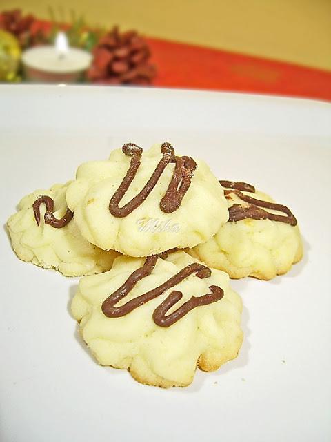 Biscuiti spritati cu ciocolata