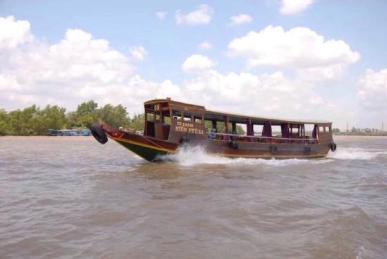 Đi thuyền trên sông