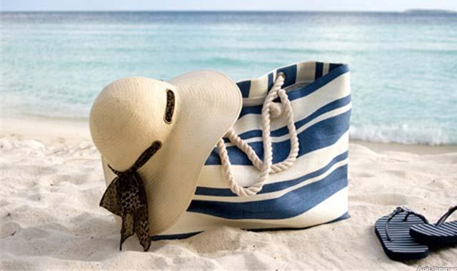 Bạn gái đừng quên khi túi xách để đựng những món đồ dùng cá nhân khi đi du lịch biển nhé