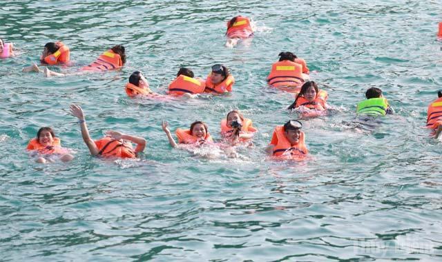 Tắm biển Nam Du