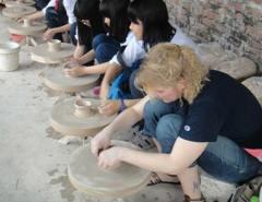 Trải nghiệm nặn gốm khi du lịch làng gốm Bát Tràng Hà Nội - Du lịch năm châu