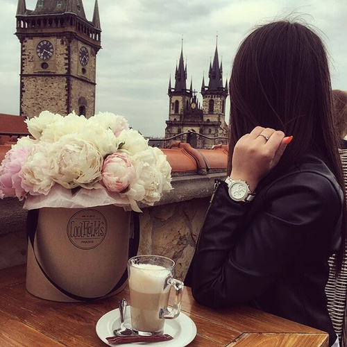 cute-girl-with-roses-and-cold-coffee