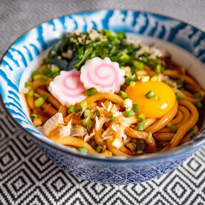 Tsuyu udon, nouilles udon au bouillon mentsuyu, algues, tsukeboshi et naruto