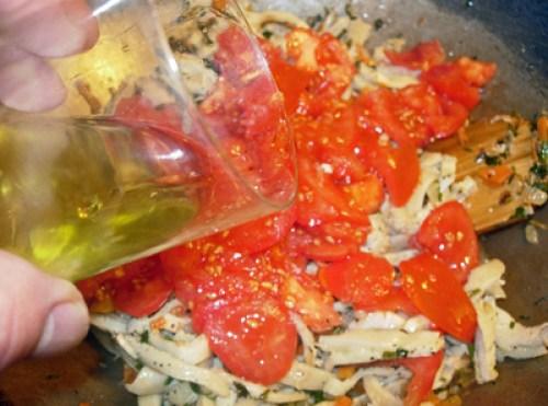 добавление в рубец томатов и оливкового масла
