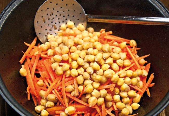 добавление части моркови и подготовленного нута