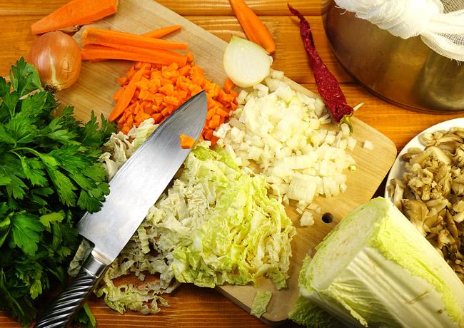 подготовка грибов и овощей для бульона