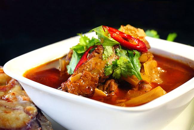 подача и сервировка томатного супа с ребрышками и сельдереем