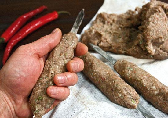 нанизывание фарша для люля-кебаба на шампуры