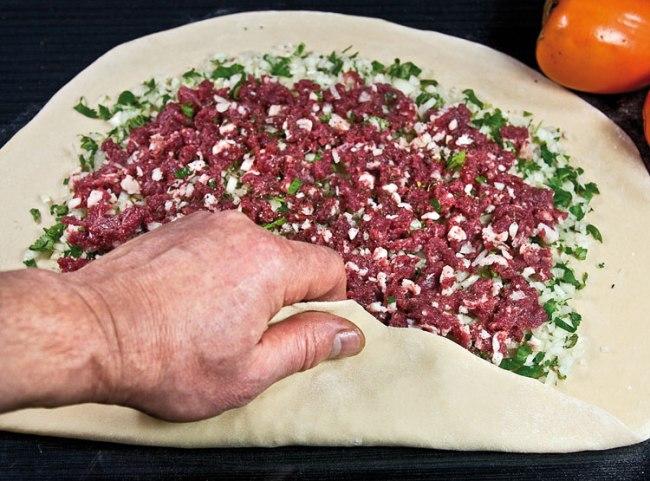 техника свертывания мясного рулета для хунона (ханума): начало