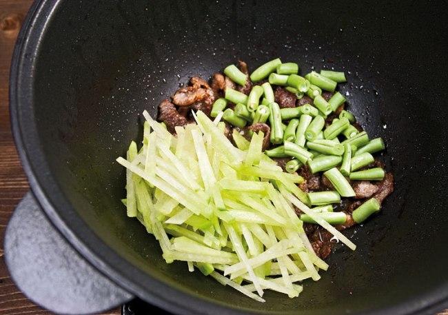 добавление к мясу фасоли и редьки