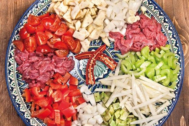 подготовленные продукты для двух видов сая (подливы) для лагмана