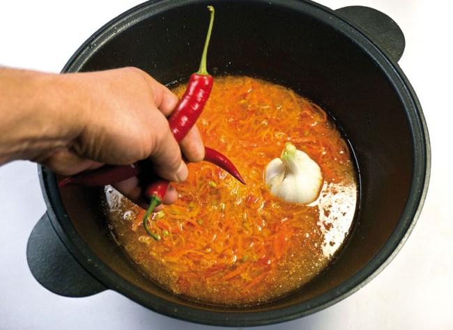 добавление в зирвак перца и чеснока (опция)