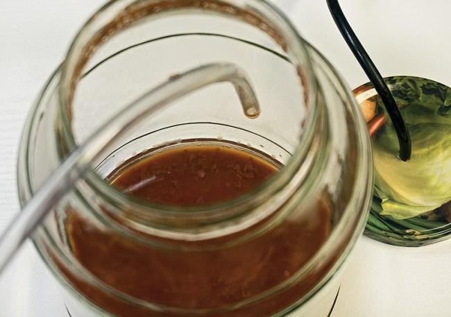 снятие клубничного вина с осадка