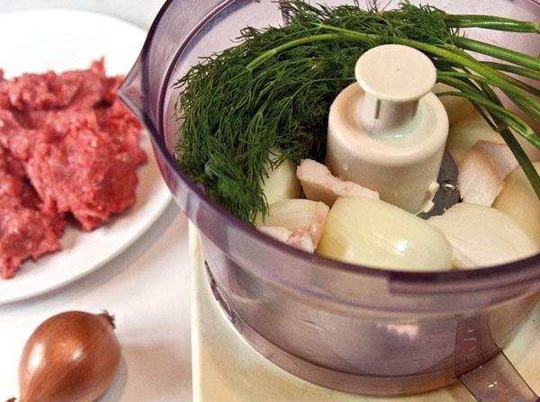 измельчение сала, лука и зелени для люля-кебаба