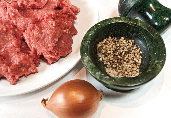 измельчение кориандра и зиры для люля-кебаба