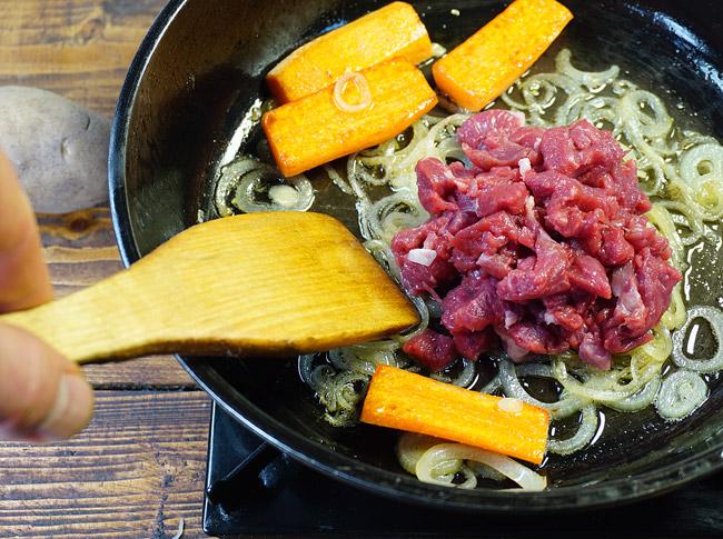 добавление мяса к обжарке