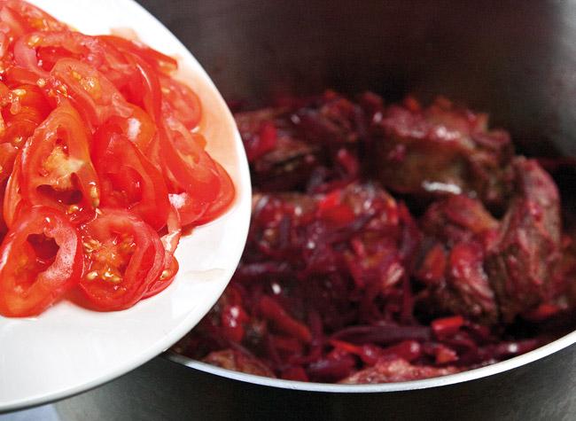 добавление и обжарка томатов